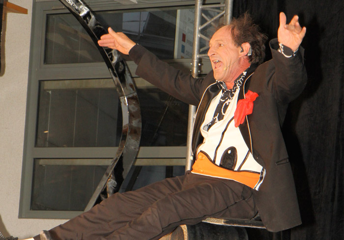 Clown acrobate saluant © Les Décalés