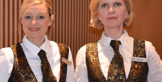 Fausses serveuses chanteuses © Les Décalés